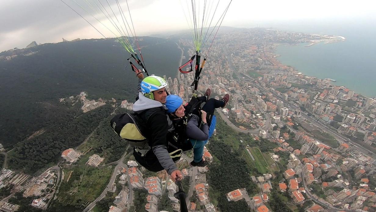 رجل وامرأة يمارسون التحليق المظلي في لبنان