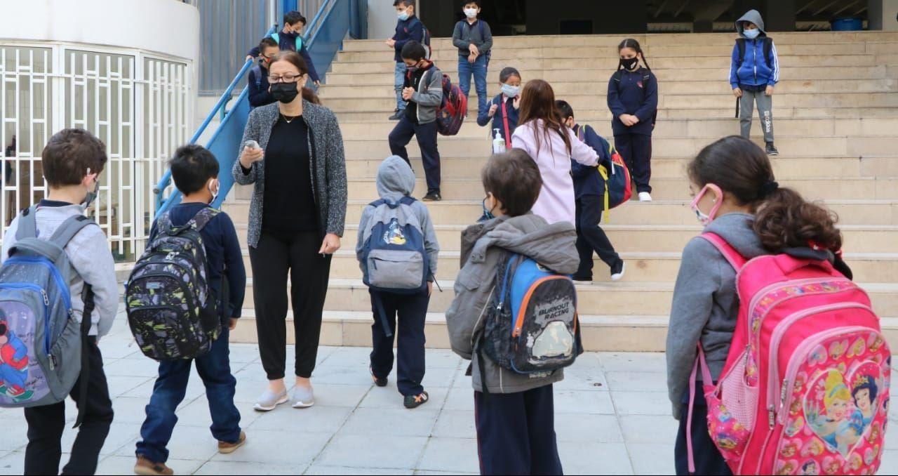 تلاميذ في المدرسة خلال جائحة كورونا