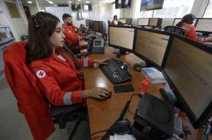 Jeune fille libanaise volontaire croix rouge sur son ordinateur