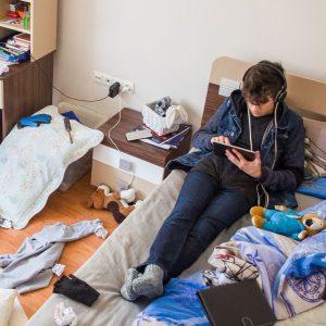 Un ado dans une chambre désordonnée