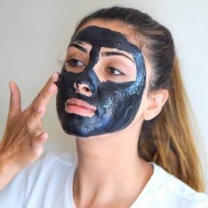 Femme avec masque noir sur le visage